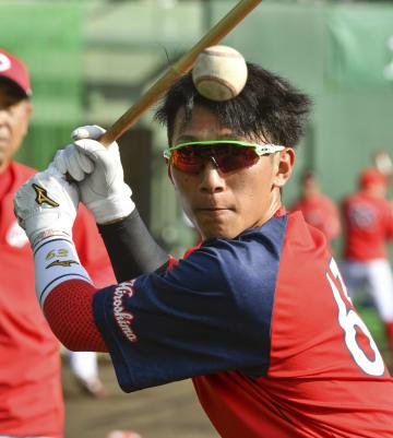 打撃練習する広島・西川=日南