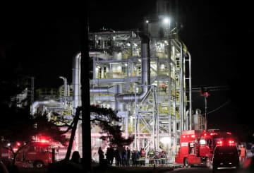 爆発があった「山形バイオマスエネルギー」のプラント=6日午後7時45分、山形県上山市