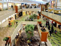 約3割の73店舗をリニューアルする阪急西宮ガーデンズの館内=西宮市高松町