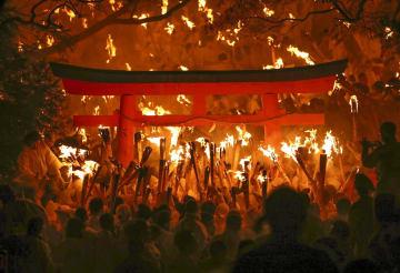 神倉神社の「お灯まつり」で、燃え盛るたいまつを手にする男衆=6日夜、和歌山県新宮市