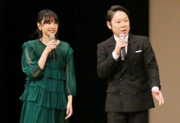 「第61回ブルーリボン賞」の授賞式の司会を務める新垣結衣さん(左)と阿部サダヲさん