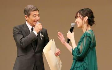 「第61回ブルーリボン賞」の授賞式に出席した舘ひろしさん(左)と新垣結衣さん