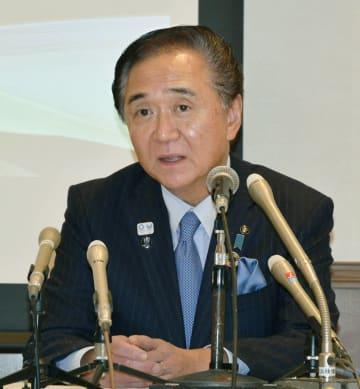 記者会見し、県知事選に出馬する意向を表明した神奈川県の黒岩祐治知事=6日夜、横浜市