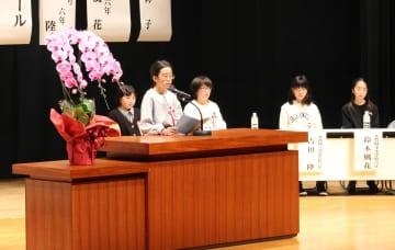 未来の夢を発表する小学生