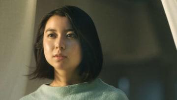 女優の上白石萌歌さんが出演する「SUUMO」の新CM「最後の上映会『道』」編の1シーン