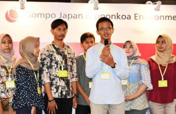 環境NGOでインターンシップに参加する学生の代表(右から3人目)=6日、ジャカルタ(NNA撮影)