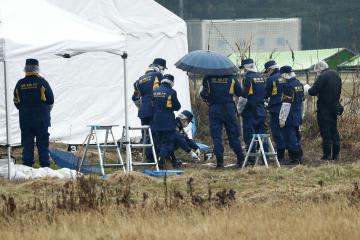 遺体が発見された現場付近を調べる捜査員ら=31日午後0時23分、神栖市須田