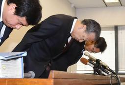 ヤミ専従問題の処分を発表する会見で、頭を下げる岡口憲義副市長(中央)ら=6日午後、神戸市役所(撮影・吉田敦史)