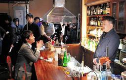 地元のバーでの撮影に臨む間慎太郎さん(左)とたむらけんじさん(右)=洲本市本町3