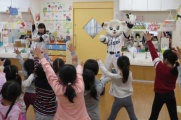 訪問先で園児とダンスを楽しむライナと公式パフォーマー「bluelegends」のAmi【写真提供:埼玉西武ライオンズ】