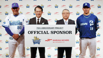 70周年プロジェクトの発表会見に立ち会った(左から)ラミレス監督、岡村社長、伊藤社長、山崎康晃選手