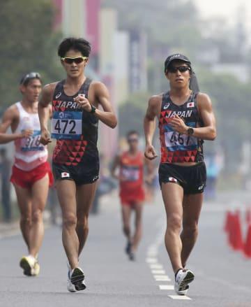 男子50キロ競歩で競り合う日本人選手