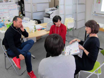 交流サイトで知り合った人たちと子どもへの向き合い方や近況、今やりたいことなどを語り合うがん患者ら(大阪市内)