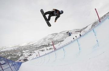 スノーボードの世界選手権ハーフパイプ男子で予選を1位通過した戸塚優斗=パークシティー(ゲッティ=共同)
