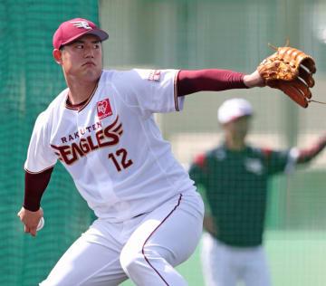 打撃投手として打者に投げ込む近藤=6日午後0時45分ごろ、沖縄県久米島町の久米島球場