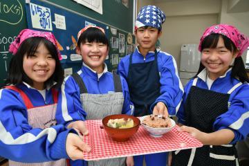 ヤツガシラが入ったけんちん汁を作って笑顔を見せる五霞中の生徒たち=五霞町元栗橋