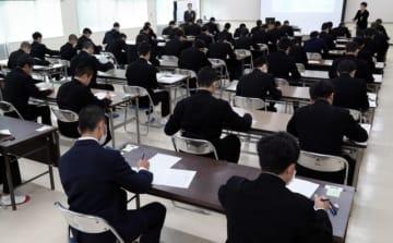 小論文の試験に臨む受験生=7日、大分市の大分工業高校
