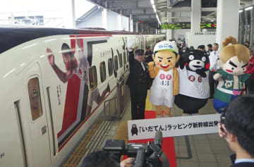 JR博多駅を出発するNHK大河ドラマ「いだてん」の出演者の写真を装飾した九州新幹線車両=7日午後