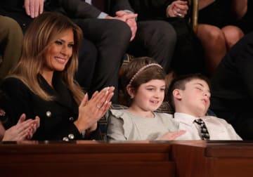 トランプ米大統領の一般教書演説に拍手を送るメラニア夫人(左)と、居眠りするジョシュア・トランプ君(右)=5日、ワシントン(ゲッティ=共同)