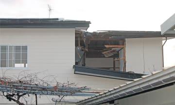 爆発で吹き飛んだとみられる金属のふたで、壁が突き破られた民家