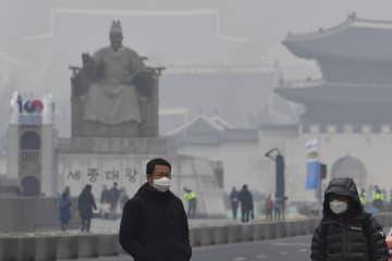韓国で過去最悪レベルの大気汚染を観測した日のソウル中心街=1月14日(共同)