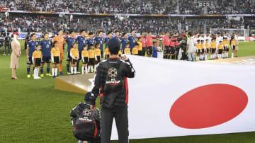 アジア・カップのカタール戦で整列する日本イレブン(左側)=アブダビ(共同)