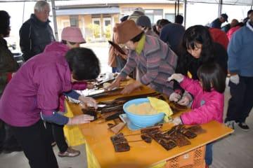 有楽椿まつりの代替イベントで、あくまき作りを楽しむ参加者