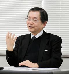 会見で神戸地裁判決を批判する住民側弁護団団長の佐伯雄三弁護士=7日午後、神戸司法記者クラブ