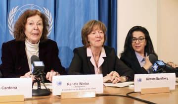 7日、記者会見する国連の子どもの権利委員会のメンバー。中央はサンドバルグ委員=ジュネーブ(共同)