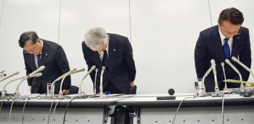 新たに物件の施工不良が見つかり、記者会見で陳謝するレオパレス21の深山英世社長(中央)ら=7日午後、東京都内