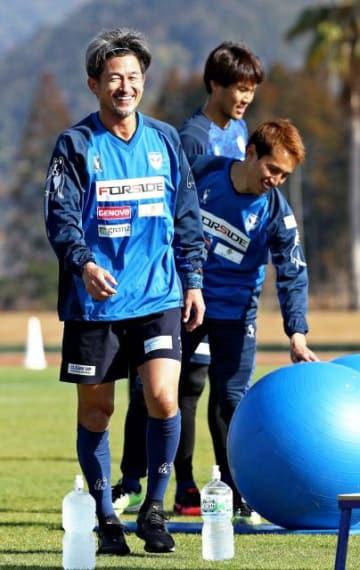 軽めの練習メニューで汗を流す横浜FCの三浦知良選手(左)=7日午前、日南市・日南総合運動公園陸上競技場