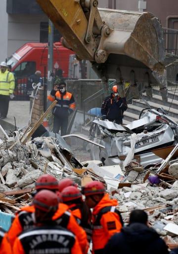 7日、トルコ・イスタンブールの建物崩壊現場での救助活動(ロイター=共同)