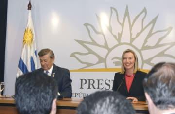 記者会見するEUのモゲリーニ外交安全保障上級代表(右)=7日、モンテビデオ(共同)