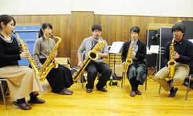 演奏会に向け、練習に励むサクパルのメンバー