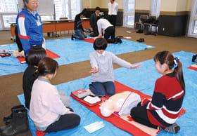 心肺蘇生法やAEDの取り扱いを学ぶ室蘭信用金庫の職員ら