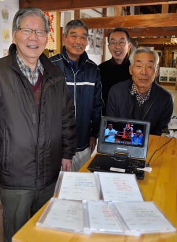 【出来上がったDVDを紹介する池山さん(左端)らプロジェクトメンバー=津市一志町のJA三重中央歴史資料館で】