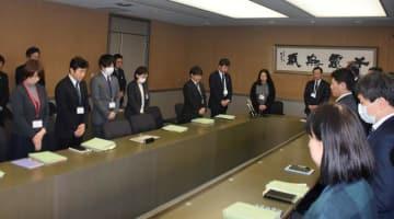 心愛さんが死亡した事件を受け、黙とうする実務者会議の出席者ら=7日午後、野田市役所