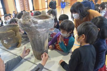 土器に触れる児童たち=東海村照沼