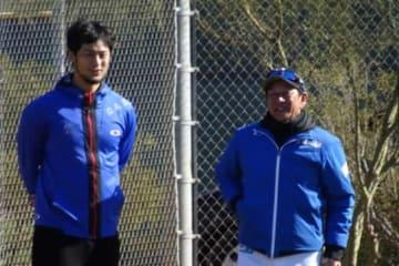 日本ハムのキャンプを訪問したカブス・ダルビッシュ有(左)と栗山監督【写真:盆子原浩二】
