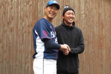 電撃訪問した長野久義(右)とがっちり握手を交わす西武・内海哲也【写真:岩国誠】