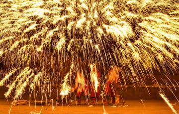 花火と光の華麗なる饗宴 伝統行事で新春を祝う