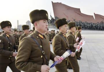 北朝鮮の朝鮮人民軍創建71年の記念日を迎え、平壌の「万寿台の丘」に献花に訪れた軍人ら=8日(共同)