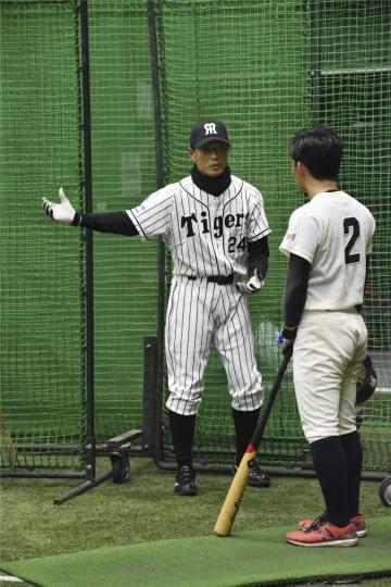大学生を指導する阪神OBの桧山進次郎氏(左)=8日、甲子園球場