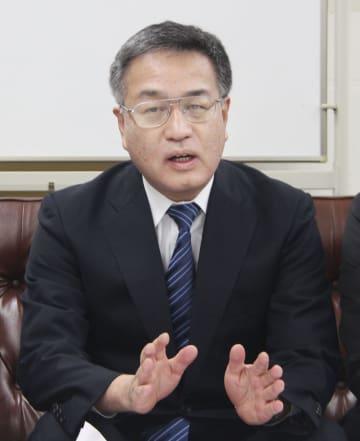 調査について記者会見する福井大の吉田好雄教授=8日午後、福井県庁