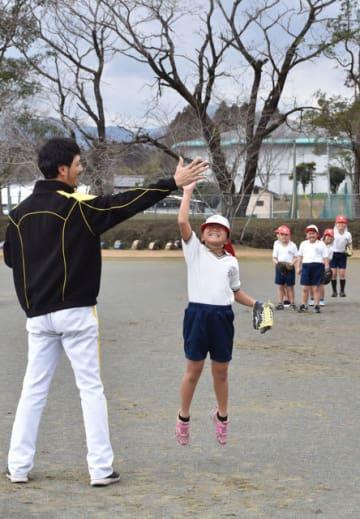 三財小中であった福岡ソフトバンクホークスOBによる野球教室