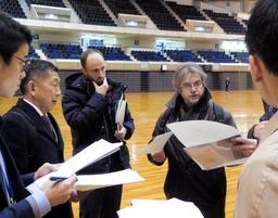 グリーンアリーナ神戸を視察するフランス体操連盟のミシェル・ブタード氏(右)ら=神戸市須磨区