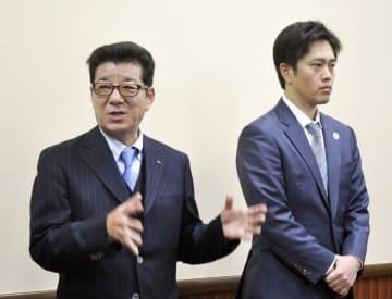 取材に応じる松井一郎大阪府知事(左)と吉村洋文大阪市長=8日、大阪府庁