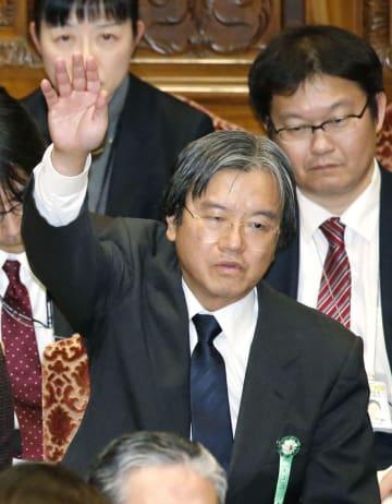 衆院予算委で答弁のため挙手する厚労省の大西康之元政策統括官=8日午後