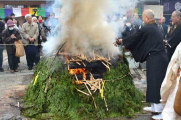 炎に護摩木を投じる僧侶たち(京都市下京区・上徳寺)