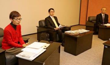 昨年12月にあった県知事選に関する報道などについて意見を交わす委員=8日午後、宮崎市・宮日会館